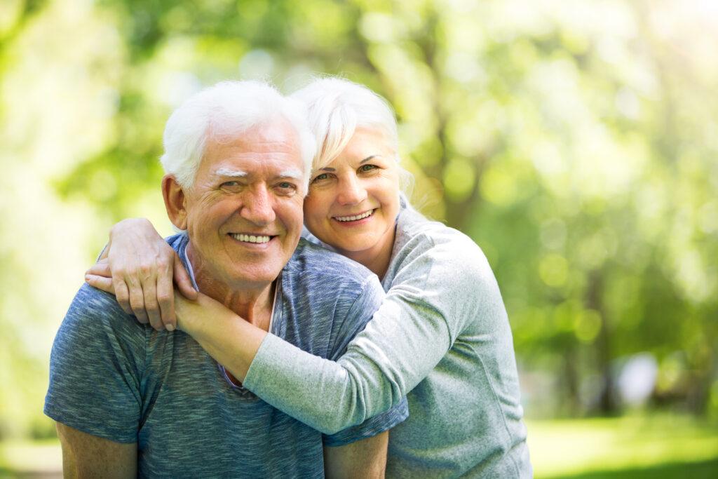 Pareja de viejitos disfrutando el retiro gracias a su Seguro de Retiro y Afore