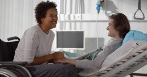 Mujer con su pareja en una clínica tras un accidente