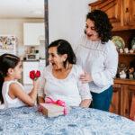 ¿Puedo contratar un seguro de gastos médicos mayores para mi mamá?