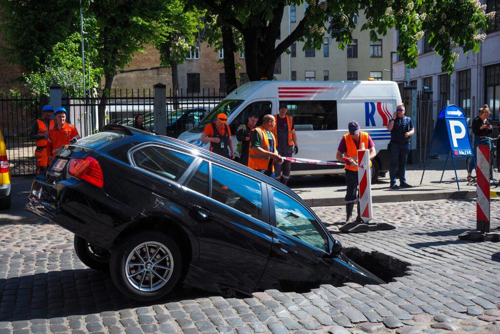 Automóvil cae en socavón