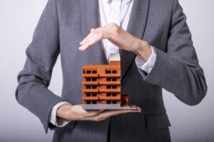 Agente de seguro protegiendo un edificio empresarial