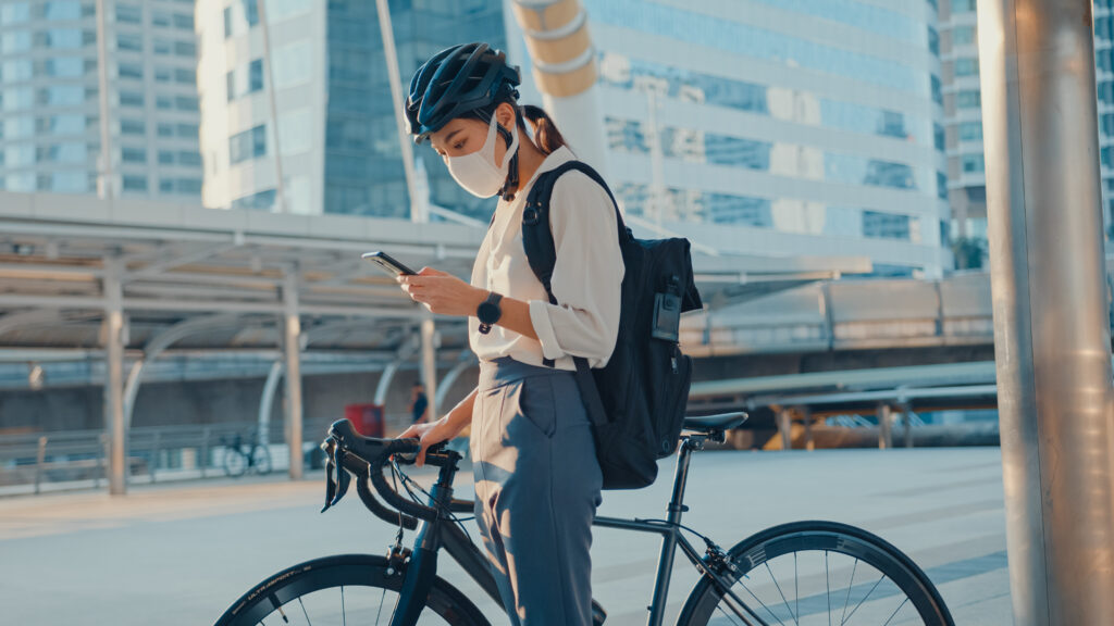 Chica en una bicicleta llamando a su seguro