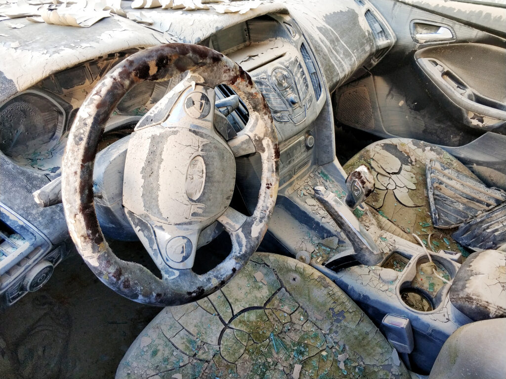 Interior de auto dañado por una inundación