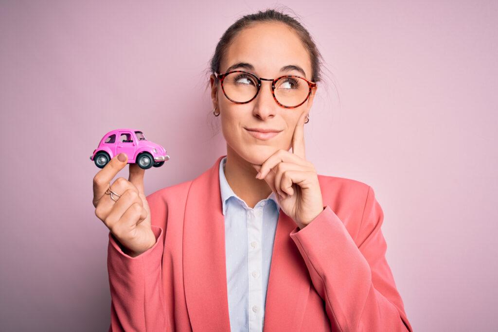 Chica preguntándose qué pasará con su seguro si vende su auto